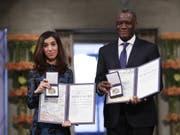 Die jesidische Aktivistin Nadia Murad und der kongolesische Gynäkologe Denis Mukwege am Montag in Oslo mit dem Friedensnobelpreis. (Bild: Keystone/AP NTB scanpix/HAAKON MOSVOLD LARSEN)