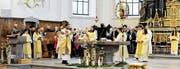 Alles strahlt: die Ministranten, der Pfarrer, die Sängerinnen und Sänger der Chöre, die Kirche selbst und auch die ebenfalls restaurierte Rosenkranzmadonna. (Bild: Max Tinner)