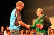 Kreisturnverbands-Präsident Stefan Langenegger gratuliert Hans Aeberhard vom TV Buchs (rechts) zu 25 Jahren Leitertätigkeit. (Bild: Robert Kucera)