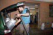 André Rohrer liefert an der Milchsammelstelle Flüeli-Ranft seine Milch ab. (Bild: Marion Wannemacher (Flüeli-Ranft, 5. Dezember 2018))
