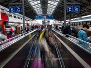 Der Personenverkehr legt zwischen 2000 und 2017 weit über das Bevölkerungswachstum zu: Bahnhof Lausanne. (Bild: KEYSTONE/JEAN-CHRISTOPHE BOTT)