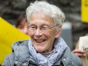 Wegen Schleppertätigkeit verurteilt: Die Menschenrechtsaktivistin Anni Lanz, hier bei einer Solidaritätsdemonstration beim Stockalperpalast in Brig vor dem Prozess. (Bild: KEYSTONE/DOMINIC STEINMANN)