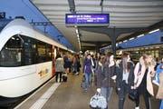 Viel Volk, wenig Stress: Die Passagiere waren gut auf den Fahrplanwechsel vorbereitet. (Bilder: Hans Suter)
