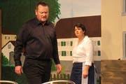 Martin Aschwanden als Pfarrer Melchior und Margrit Infanger als Wirtin Margrit Krähenbühl bei einer Probe. (Bild: PD)