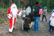 Samichlaus und Schmutzli kamen mitsamt Esel zur Lommiser Bürgerhütte. (Bilder: PD)