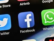 Wegen Online-Werbung und der Gefahr von «Fake News»: Australiens Wettbewerbshüter fordern eine strengere Aufsicht über die US-Technologieriesen Facebook und Google. (Bild: KEYSTONE/AP/MARTIN MEISSNER)