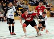 Als ginge es ums letzte Hemd: Frauenfelds Gaudenz Huwiler (am Ball) wird von Kreuzlingens Thierry Gasser unsanft aber erfolgreich zurückgebunden. (Bild: Mario Gaccioli)