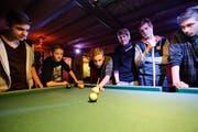 Jugendliche spielen im Jugendtreff Wängi eine Partie Billard. (Bild: Donato Caspari, November 2014)