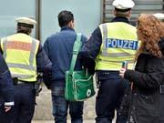 Die Polizei in Deutschland kontrollierte bei einer Hochzeitsfeier zweier Familienclans die Gäste und rund 160 Fahrzeuge. (Bild: KEYSTONE/AP/MARTIN MEISSNER)