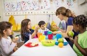 Der neu gegründete Verein will im geplanten Familienzentrum Rorschach mit einem Elternkaffee und einem Kinderhütedienst starten. (Bild: Getty)