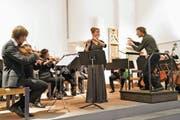 Die Flötensolistin Josefiina Dunder und der Orchesterverein unter der Leitung von Luca Fiorini begeisterten das Publikum mit Musik von Mozart. (Bild: Romano Cuonz (Stalden, 8. Dezember 2018))