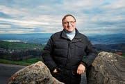 Guter Überblick auf den Einsatzraum: Karl Walker auf dem Gubel – einer seiner Lieblingsplätze des Kantons. (Bild: Stefan Kaiser (6. Dezember 2018))