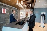 Nach dem Vorbild anderer Filialen umgebaut: In der OKB in Alpnach gibt's mehr Platz für Gespräche. (Bild: Corinne Glanzmann (11. Dezember 2018))