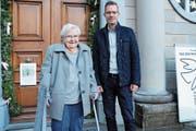 Rosmarie Nüesch-Gautschi zusammen mit Matthias Tischhauser, Präsident der Stiftung Grubenmann-Sammlung. (Bild: ASZ)