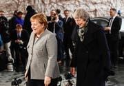 Deutsche Kanzlerin Angela Merkel (links) begrüsst Theresa May in Berlin. (Bild: EPA/FILIP SINGER, 11. Dezember 2018)