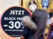 Die Schnäppchenjagd am «Black Friday» in der Schweiz wird immer beliebter. (Bild: KEYSTONE/WALTER BIERI)