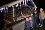 Kindern bestaunen das Adventsfenster der Familie Kirchhofer. (Bild: Eveline Beerkircher (Büron, 9. Dezember 2018))