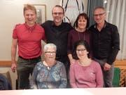 Der alte und der neue Vorstand; von links nach rechts: Peter Walker (Radmeisterschaft), Luisa Zgraggen (Vereinsmeisterschaft), Urs Gysin (Präsident) Michaela Epp (scheidende Sekretärin), Judith Gisler (Kasse) und Toni Baumann (Sekretär neu). (Bild: PD)