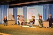 Einige der neuen Puppen, welche für das Stück «Drei Männer im Schnee» hergestellt wurden, sind auf der Bühne im Wildhauser Rietlistall arrangiert. (Bild: Adi Lippuner)