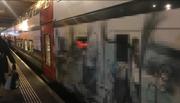 Versprayter Intercity im Bahnhof Bern. Das Bild wurde verpixelt, damit das «Werk» nicht erkennbar ist. (Bild: Watson)