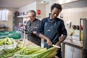 Meron Tesfay arbeitet seit mehr als einem Jahr für Lucas Rosenblatt, der in Meggen ein Catering führt. Ob er hier bleiben darf, ist ungewiss. Bild: Pius Amrein (Meggen, 6. Dezember 2018.)