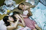 Juri (Mitte) erfährt Nähe und Zuneigung von einer unkonventionellen Familie (Sakura Andô als Nobuyo, Lily Franky als Osamu). (Bild: Cineworx)