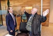 Bankleiter Ruedi Bleichenbacher und der Wallenwiler Künstler Hardy Hepp diskutieren am Tag der offenen Tür angeregt über das neue Konzept der Eschliker Raiffeisenbank. (Bild: Christoph Heer)