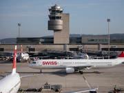 Der Flughafen Zürich hat im November die Passagierzahlen weiter gesteigert. (Bild: KEYSTONE/CHRISTIAN MERZ)