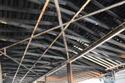 Die verkohlten Balken sprechen eine deutliche Sprache: Das Feuer hat dem Dachstuhl so sehr zugesetzt, dass er komplett ersetzt werden muss. (Bilder: Georg Stelzner)