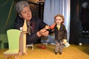 Regisseurin Barbara Rhyner befestigt dem Diener Johann die Skier auf den Schultern. (Bild: Adi Lippuner)