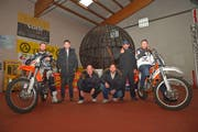 Die beiden «Crazy Nock Brothers» Patrick und Amando auf ihren Motorrädern, dazwischen Stuntman Marvin Bauer, Manager Nils Clemens, Stuntman Mike Bauer und Kartbahn-Besitzer Gaetano Bivano vor der Todeskugel. (Bild: Mario Testa)
