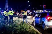Deutsche Polizisten kontrollieren an der Deutsch-Französischen Grenze in Kehl alle Fahrzeuge, die aus Strassburg heraus fahren. (Bild: Keystone)