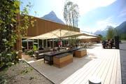 Neubau im Stil eines Stalls: Der Aussenbereich der neuen Gotthard-Raststätte bei Schattdorf. (Bild: Urs Hanhart (Schattdorf, 11. Mai 2018))