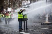 Beispielsweise auf der bekannten Champs-Elysées demonstrieren die «Gelbwesten». (Bild: EPA/Christophe Petit Tesson, Paris, 24. November 2018)