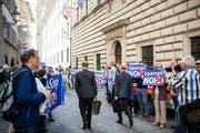 Die Bewohner des Maihof-Quartiers protestieren zu Beginn der Kantonsratssession vor dem Regierungsgebäude gegen das Verkehrsprojekt Spange Nord. (Bild: Roger Grütter (Luzern, 16. April 2018))