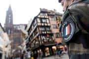 Ein Soldat der französischen Anti-Terroreinheit patroulliert in Strassburg. (Jean François Badias/AP, 12. Dezember 2018)