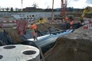 Als zusätzliche Schutzwirkung wird der Tankstellentank, der ein Fassungsvermögen von 120000 Liter hat, mit Sand fixiert. (Bild: Beat Lanzendorfer)