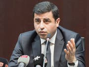 Der kurdische Politiker Selahattin Demirtas ist ein scharfer Kritiker von Präsident Recep Tayyip Erdogan. Er sitzt wegen Terrorvorwürfen seit mehr als zwei Jahren in Untersuchungshaft. Der Europäische Gerichtshof für Menschenrechte (EGMR) hat die Freilassung von Demirtas angeordnet. (Bild: KEYSTONE/LUKAS LEHMANN)