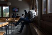Tag der offenen Tür im Asylzentrum auf dem Glaubenberg. Asylsuchende schauen sich im Speisesaal Musikvideos an. (Bild: Dominik Wunderli (Glaubenberg, 1. Oktober 2018))