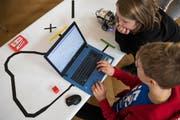 In Uri sollen Open-Source-Programme auch an Schulen genutzt werden. (Bild: Schüler beim Programmieren eines Legoroboters, Keystone/Peter Klaunzer, November 2018)
