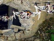 Wo es eng wird, klappt sich die Drohne aus der X- in eine H-Form zusammen. (Bild: UZH)