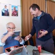 Peter Gisler (rechts) von der Drechsler Boutique auf den Eggbergen hat an der Vernissage bei Martin Arnold, Marie-Ann Arnolds Ehemann, ein «strängwärchig»-Exemplar erworben. (Bild: PD/Andrea Graf-Aschwanden)