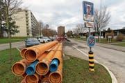 Oben: die Letzistrasse Richtung Süden fotografiert, mit der aktuellen Abwasser-Baustelle und den schrägen Parkplätzen. (Bild: Roger Zbinden (Zug, 8. Dezember 2018))