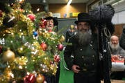 Hans der Kaminfeger beehrte das Weihnachtsessen der Güüggali-Zunft Luzern. (Bild: Boris Bürgisser (Luzern, 12. Dezember 2018))