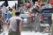 Moment des Schreckens: Der Neonazi James Fields fährt in den linken Protestzug. (Bild: Ryan M. Kelly/AP; Charlottesville, 12. August 2017)