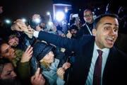 Luigi Di Maio, Präsident der 5-Sterne-Bewegung, feiert die erfolgreiche Wahl. (Bild: AP/Cesare Abbate, Volla, 6. März 2018)