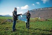 Josef Bucher (links) und Alois Barmettler mit dem Pachtland-Plan auf dem Flugplatz Buochs. (Bild: Corinne Glanzmann (12. Dezember 2018))