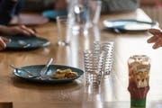 Im Bürgliclub essen Schüler, die über Mittag allein zu Hause wären - aber nicht nur. Für manche lohnt sich der Heimweg nicht, andere geniessen schlicht die Gesellschaft Gleichaltriger. (Bild: Hanspeter Schiess)