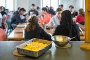 Oberstufenschülerinnen und -schüler aus dem Bürgli-Schulhaus während ihrer Mittagspause. (Bild: Hanspeter Schiess)