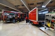 Das Rüstlöschfahrzeug (links) und der Logistik-Lieferwagen (rechts) kosten zusammen rund 800'000 Franken. (Bild: Manuel Nagel)
